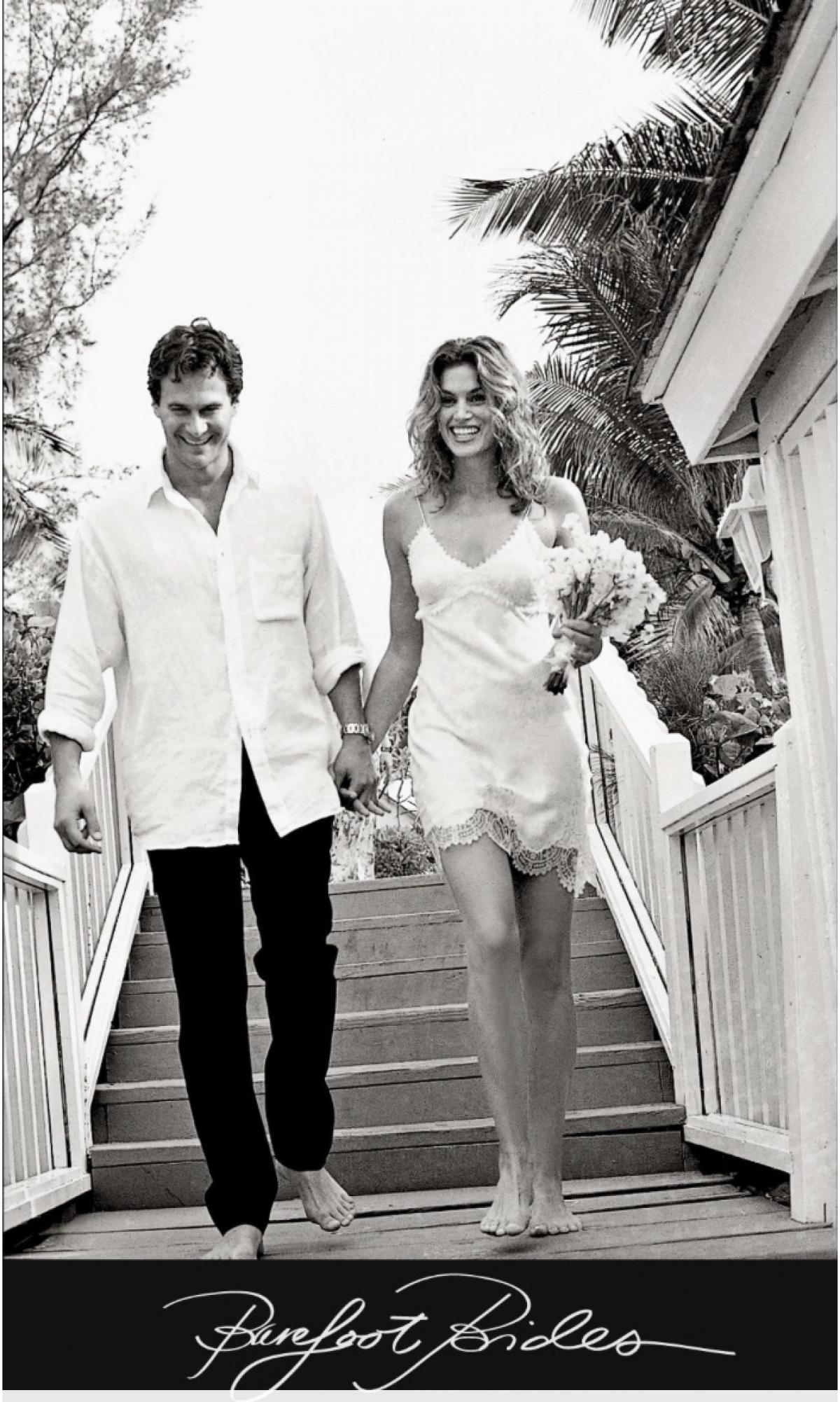 Siêu mẫu Cindy Crawford kết hôn với doanh nhân Rande Gerber trong một đám cưới giản dị, thân mật vào tháng 5/1998. Cô diện chiếc váy trơn đơn giản của John Galliano, và cặp đôi đi chân trần tiến vào lễ đường.