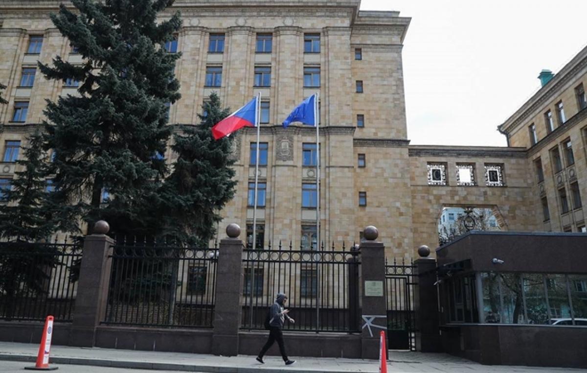 Bên ngoài Đại sứ quán Séc ở Moscow. (Ảnh: TASS)