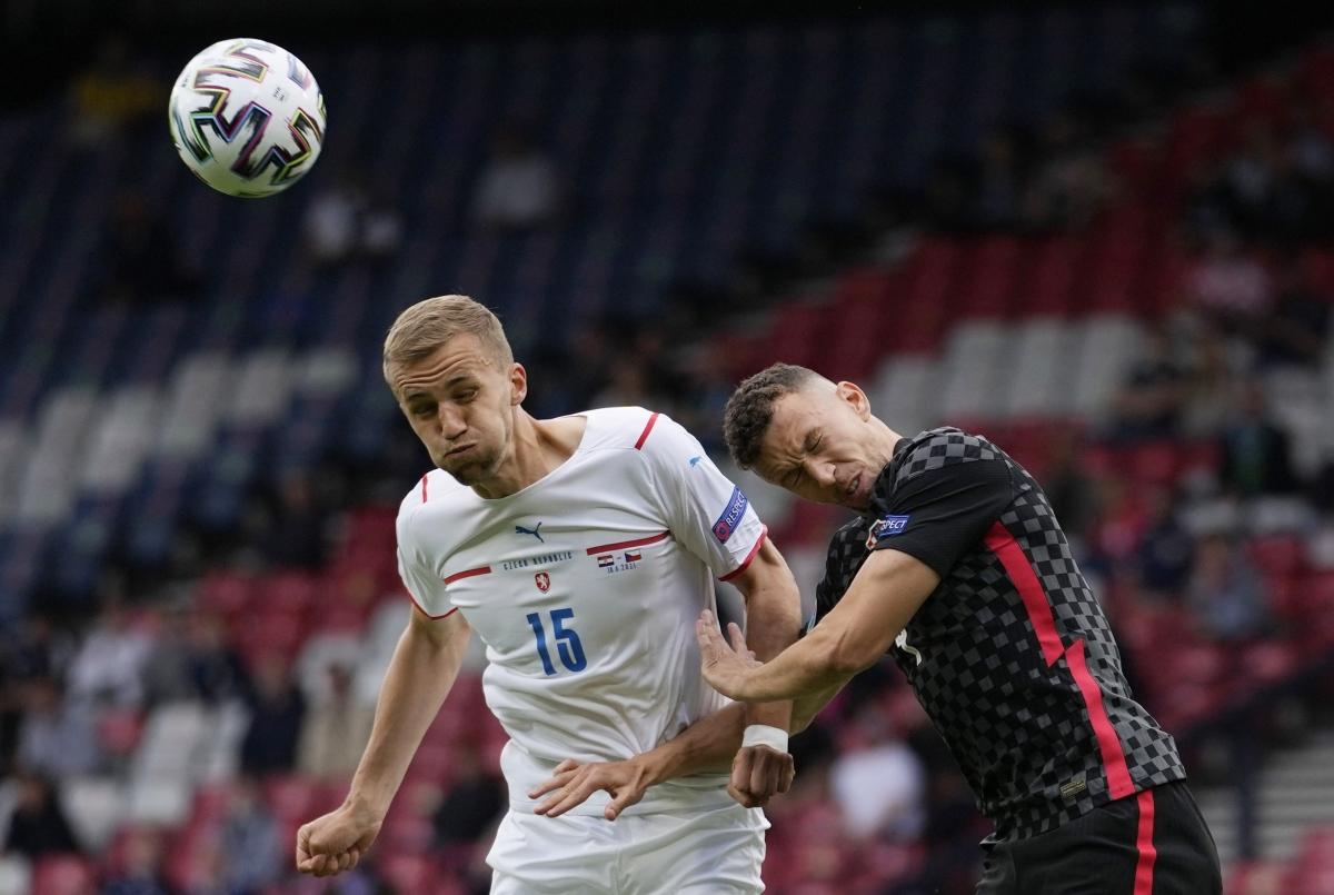 CH Séc (áo trắng) đang chơi tốt hơn sau 10 phút đầu tiên. (Ảnh: Reuters).