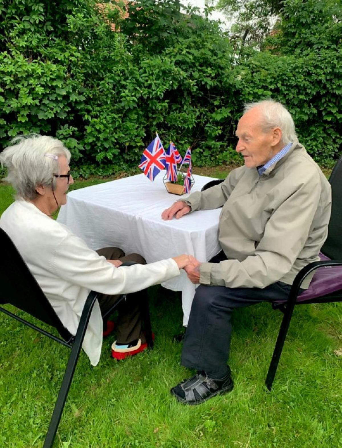 Ông Patrick Speed và bà Minnie Walsh mừng rỡ gặp lại nhau sau khoảng thời gian dài xa cách do đại dịch Covid-19. Ảnh: Sarah Patrick/SWNS