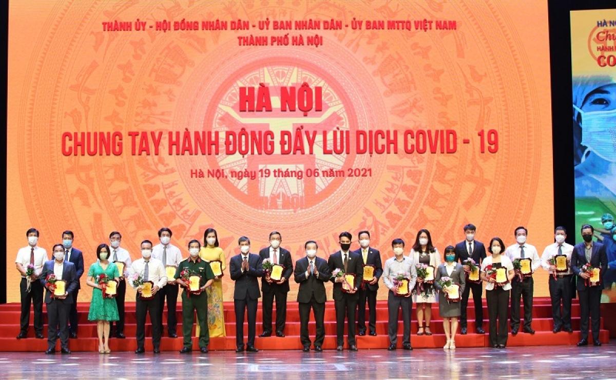 Chủ tịch UBND TP Chu Ngọc Anh trao biểu trưng cảm ơn các tập thể, cá nhân tham gia ủng hộ Chương trình. (Ảnh: Phạm Hùng/KTĐT)