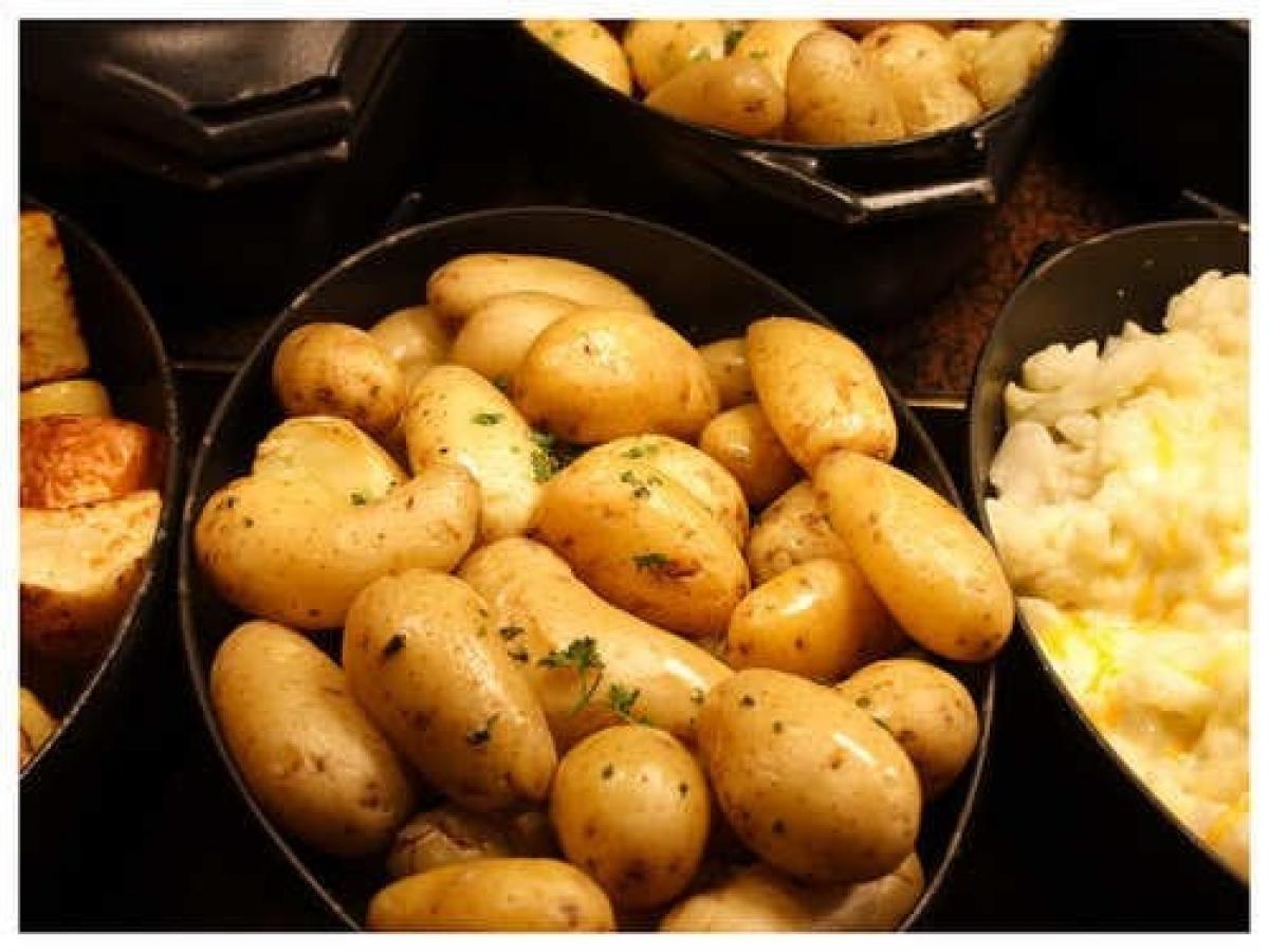 Khoai tây được sử dụng trong các món ẩm thực của rất nhiều nước. Trong khi nhiều người nghĩ rằng luộc khoai tây là một công việc dễ dàng, hãy để chúng tôi chỉ cho bạn thấy rằng đó cũng là một nghệ thuật, giúp bạn xác định hình thức cuối cùng của món ăn.