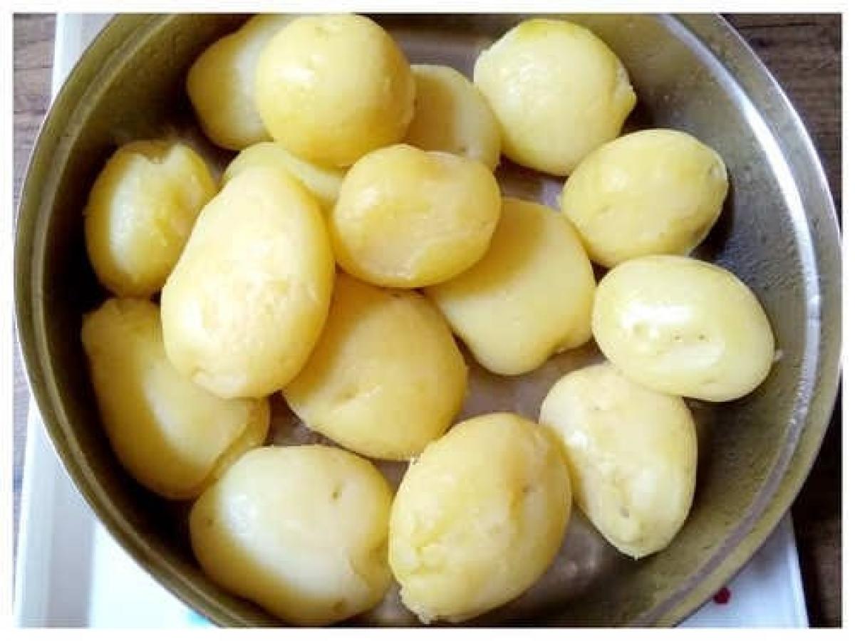 Trước hết, rửa khoai tây, dùng bàn chải hoặc tay chà rửa khoai tây để loại bỏ bụi bẩn, sau đó rửa sạch. Nếu muốn, bạn có thể gọt vỏ khoai tây trước khi luộc. Theo các chuyên gia, để nguyên vỏ trong quá trình luộc giúp giữ lại một số vitamin và chất dinh dưỡng có trong vỏ.