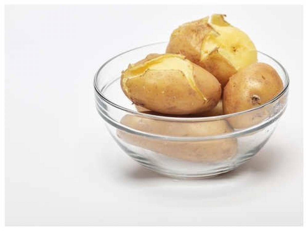 Đổ hết nước trong nối, ngâm khoai vào nước lạnh một lúc. Điều này giúp lột vỏ dễ dàng. Bạn có thể đậy nắp nồi khoai tây đã luộc và để trong tủ lạnh trong tối đa 3 ngày.