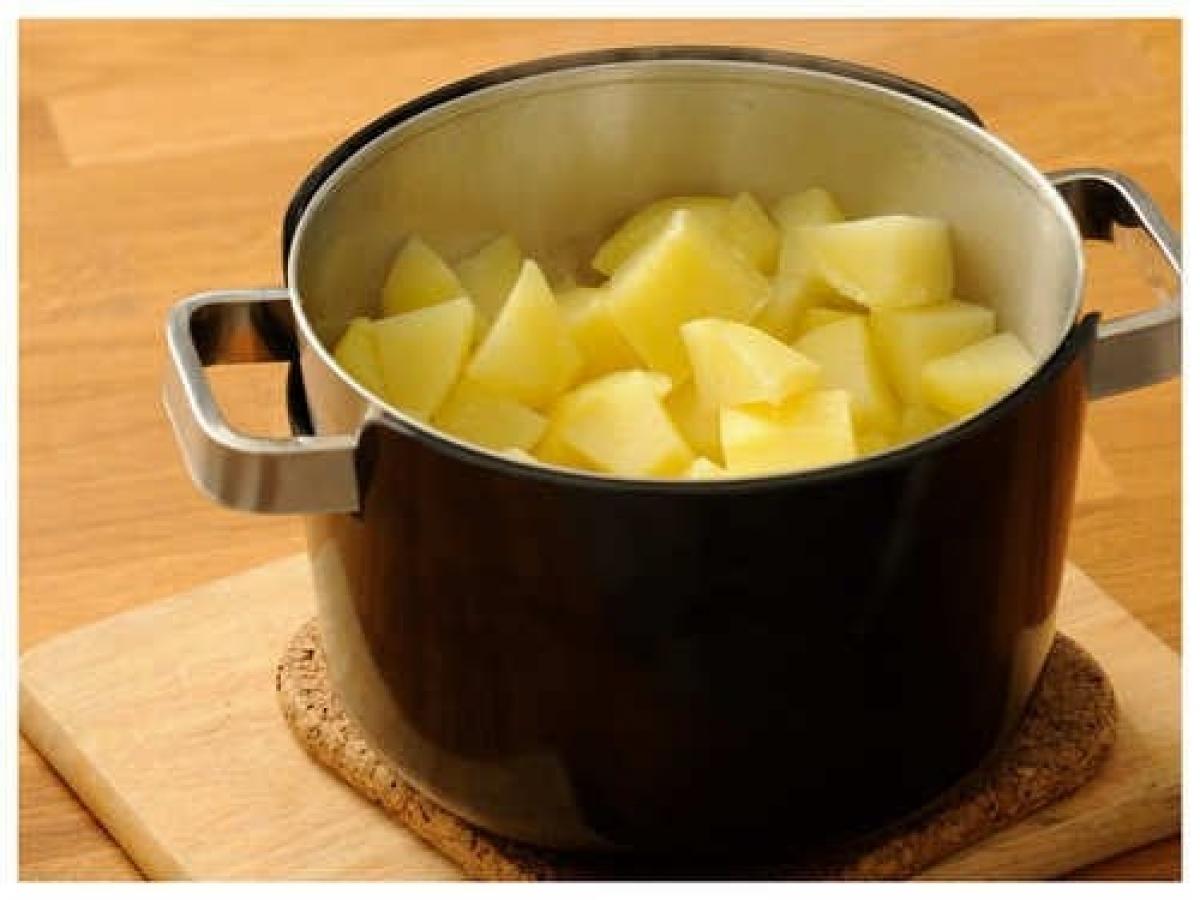 Khi bạn đã rửa sạch khoai tây, hãy cắt chúng thành từng khối vuông để đỡ tốn thời gian luộc. Nếu khoai tây có kích thước rất nhỏ thì không cần phải cắt.