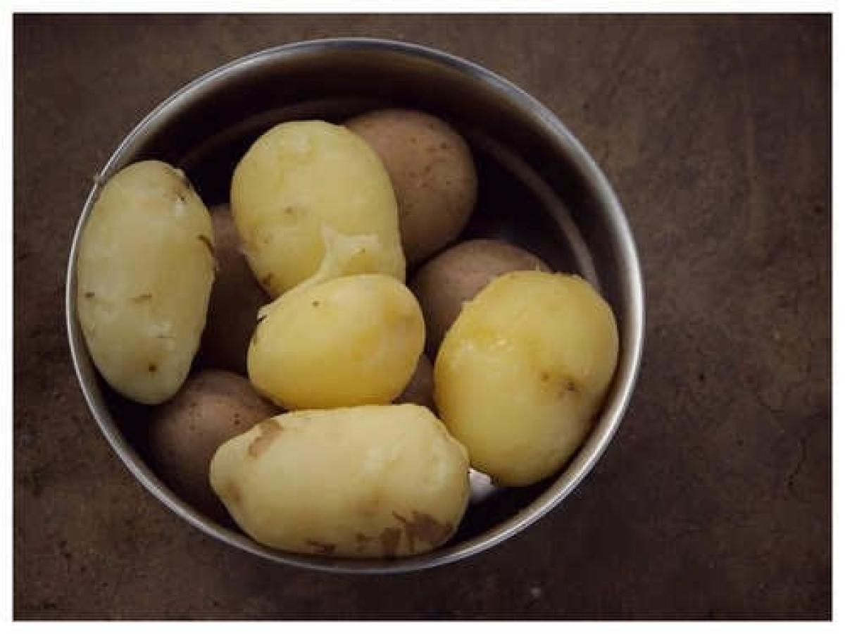 Tất cả những gì bạn cần làm là rửa khoai tây, cắt thành khối vuông sau đó cho vào bát sử dụng cho lò vi sóng. Thêm nước và một chút muối. Đậy bát bằng màng bọc thực phẩm, tạo một số lỗ thủng để thoát hơi. Đặt nhiệt độ lò vi sóng trong 5-7 phút và bạn đã có món khoai tây luộc hoàn hảo