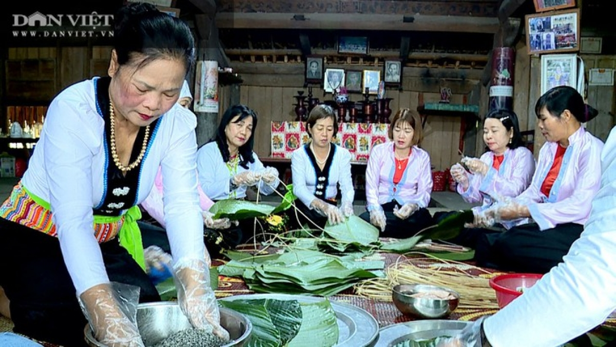 Women in a family gather to make medicinal Chung cakes for the New Year celebration. (Photo: danviet.vn)