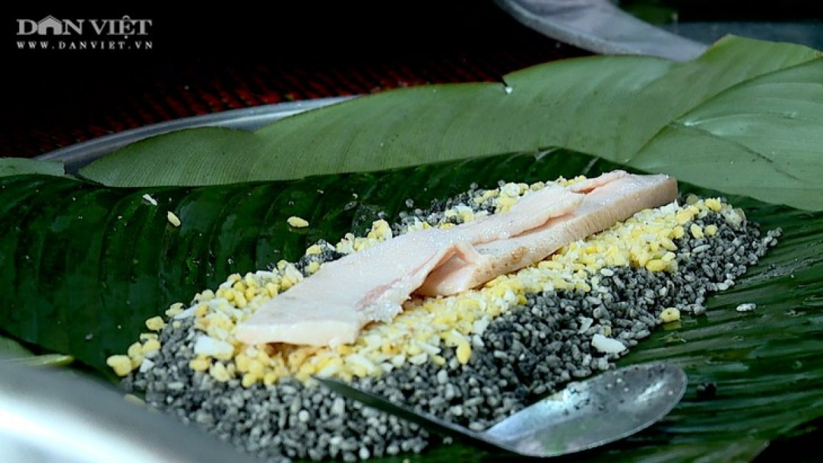 A medicinal Chung cake has pork and green beans wrapped in glutinous rice. (Photo: danviet.vn)