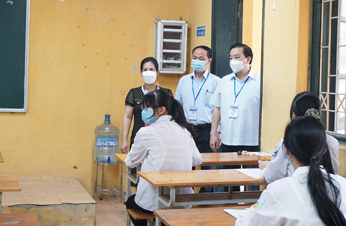 Ông Chử Xuân Dũng kiểm tra phòng thi tại điểm thi Trường THPT Sóc Sơn (huyện Sóc Sơn).