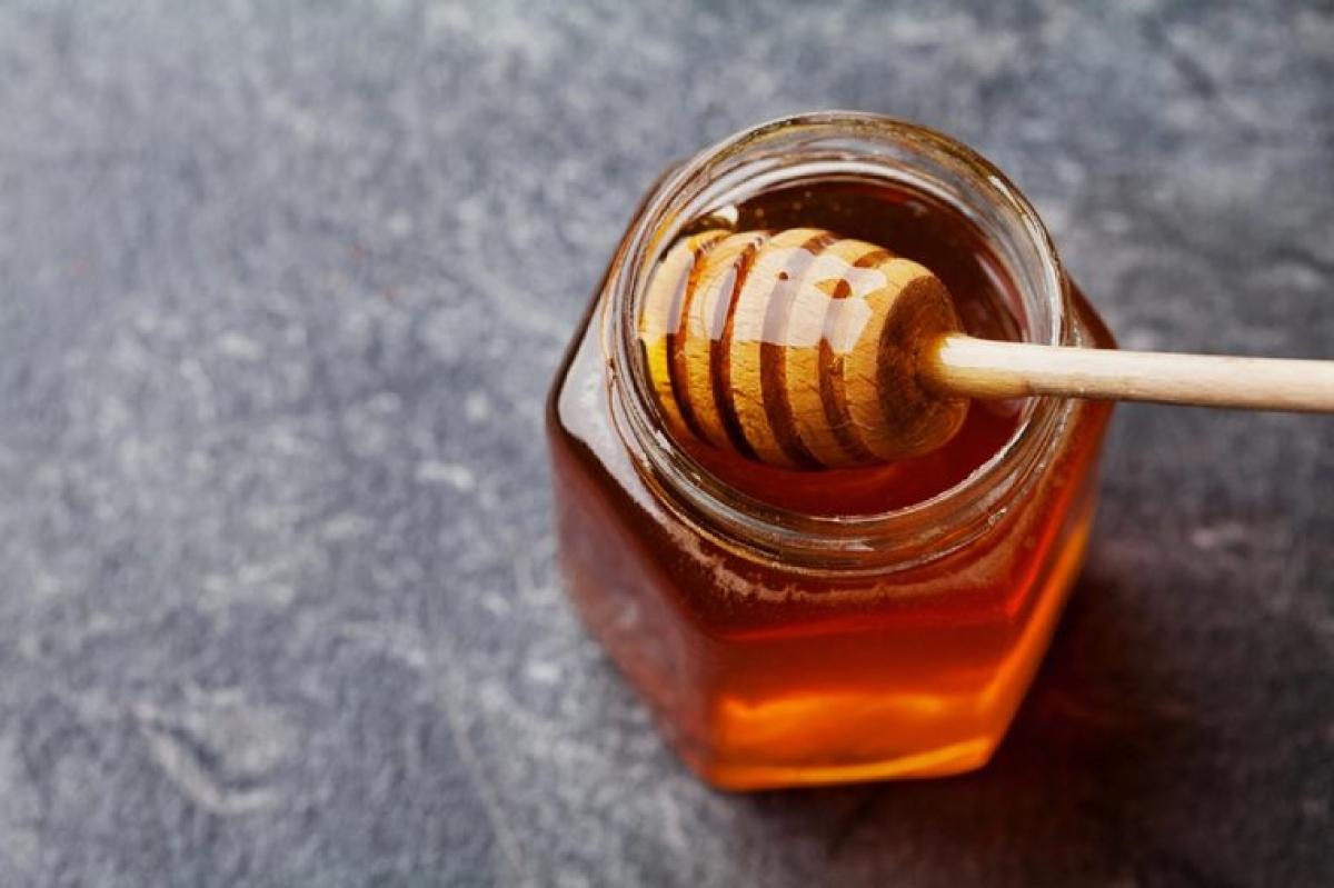 Dùng mật ong để chữa lành các vết trầy xước: Nếu bạn không có thuốc kháng sinh để thoa lên vết trầy xước sau khi đã sát trùng, hãy dùng một vài giọt mật ong để thoa lên vết thương rồi băng lại. Mật ong có tính kháng khuẩn và một số nghiên cứu đã cho thấy mật còn giúp vết thương mau lành.