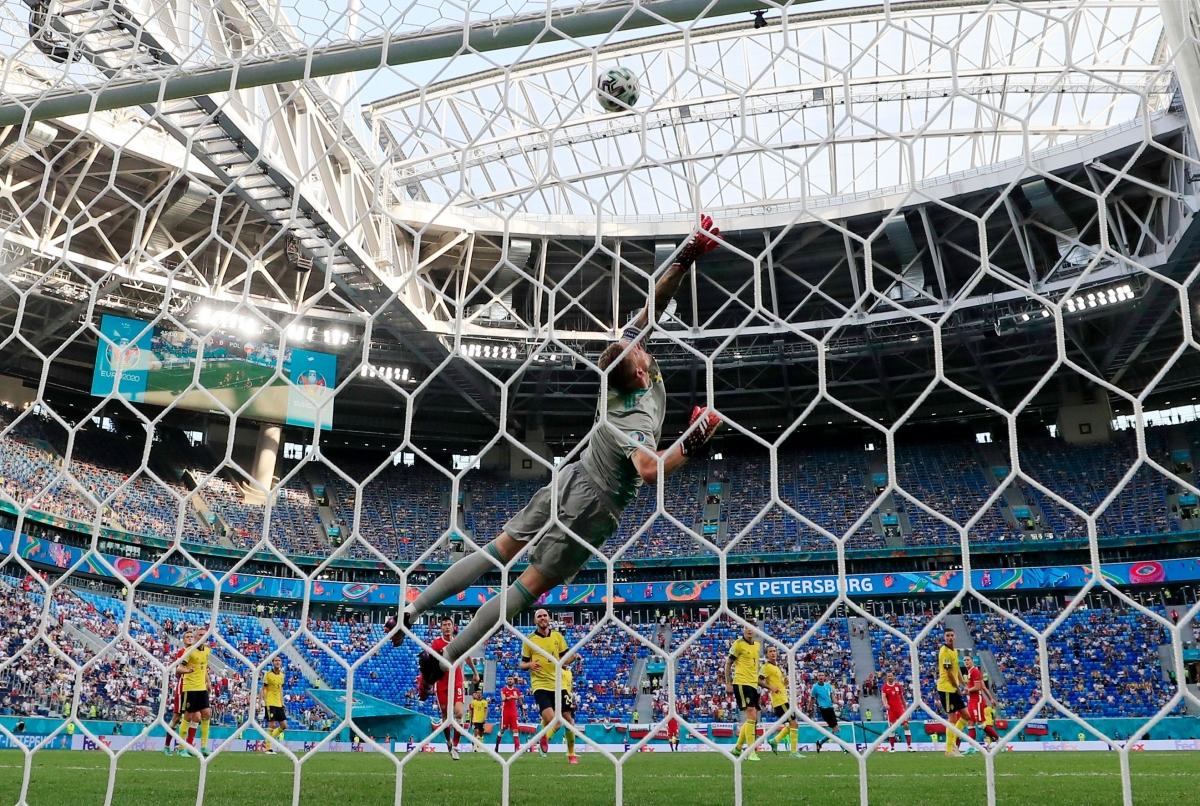 Khoảnh khắc thủ môn Olsen cứu nguy cho khung thành Thụy Điển ở phút bù giờ hiệp 1. (Ảnh: Reuters).