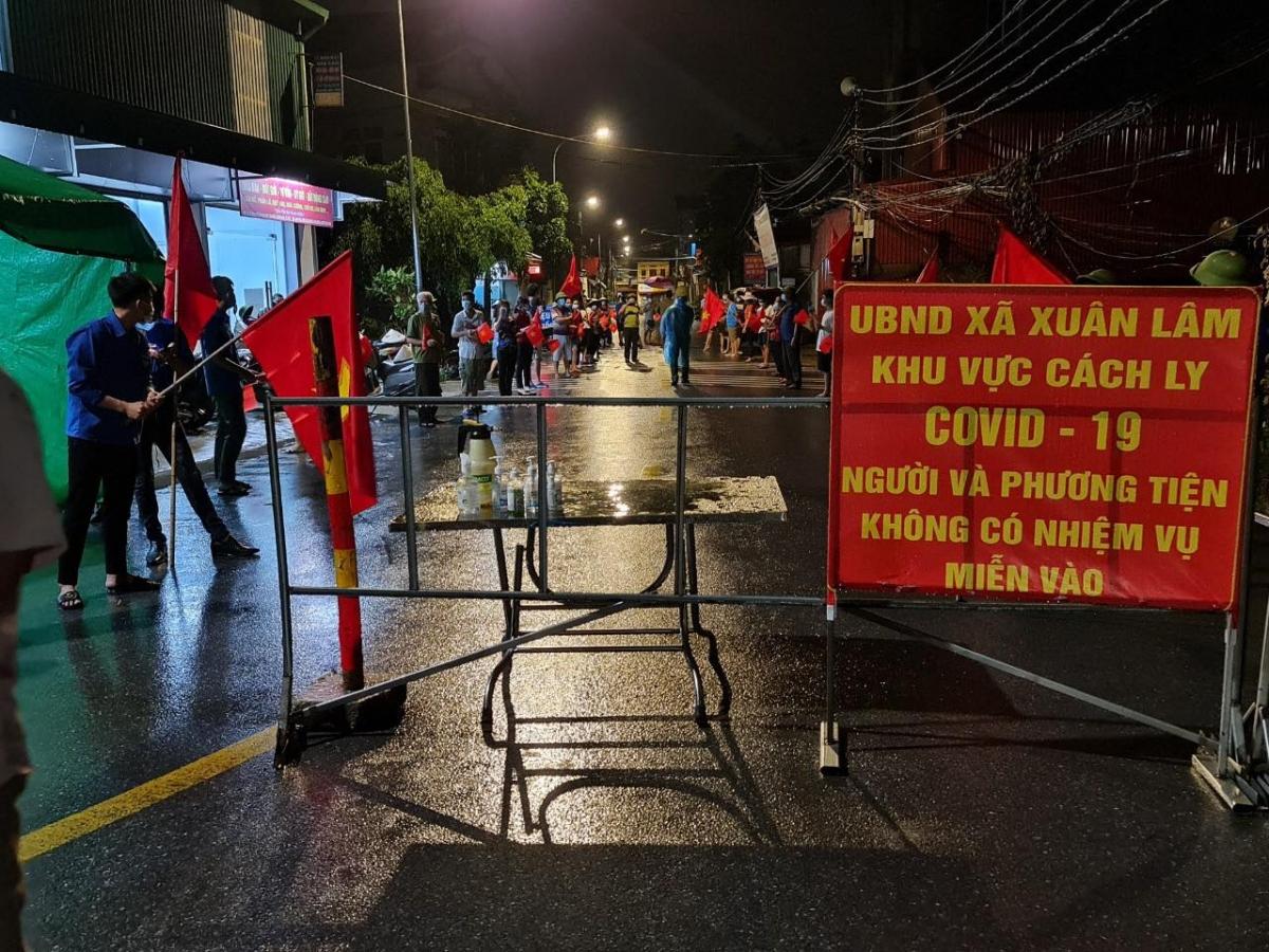 Giây phút dỡ barie và rào chắn ở xã Xuân Lâm.
