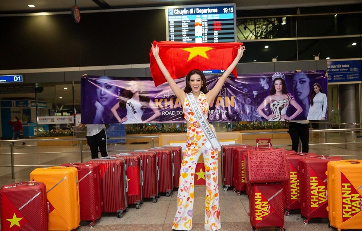 Hoa hậu Khánh Vân tại sân bay chuẩn bị sang Mỹ dự thi Miss Universe 2020.