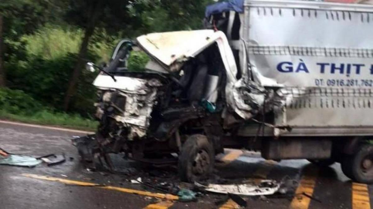 Vụ va chạm khiến đầu xe tải biến dạng, tài xế bị thương nặng