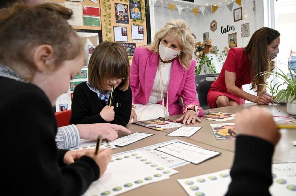 Bà Jill Biden và Công nương Kate Middleton trò chuyện cùng các em học sinh tạitrường Connor Downs. Ảnh: Reuters