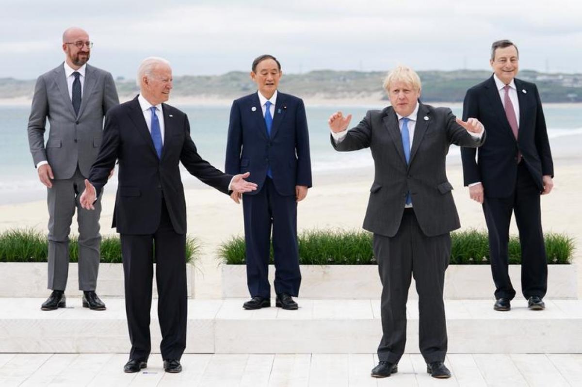 """Từ trái qua phải:Chủ tịch Hội đồng Châu Âu Charles Michel, Tổng thống Mỹ Joe Biden, Thủ tướng Nhật Bản Yoshihide Suga, Thủ tướng Anh Boris Johnson và Thủ tướng Italy Mario Draghi chụp """"bức ảnh gia đình"""" ở Vịnh Carbis,Cornwall, Anh. Ảnh: Reuters"""