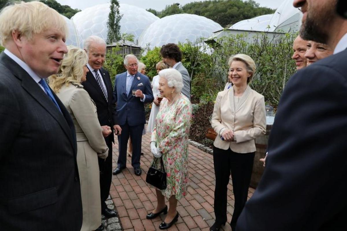 Tổng thống Joe Biden và Đệ nhất phu nhân Jill Biden đã có cuộc nói chuyện với Nữ hoàng Anh, các nhà lãnh đạo nhóm G7 và các thành viên gia đình hoàng gia tại một buổi tiệc chiêu đãi sau phiên họp đầu tiên của Hội nghị thượng đỉnh G7. Ảnh: Reuters