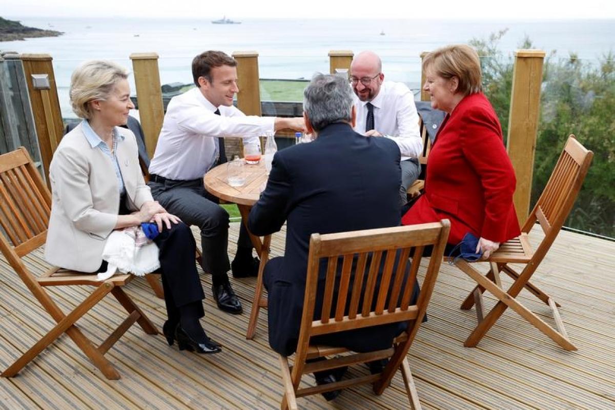 Tổng thống Pháp Emmanuel Macron, Chủ tịch Ủy ban châu Âu Ursula von der Leyen, Thủ tướng Italy Mario Draghi, Chủ tịch Hội đồng châu Âu Charles Michel và Thủ tướng Đức Angela Merkel trò chuyện sôi nổi. Ảnh: Reuters