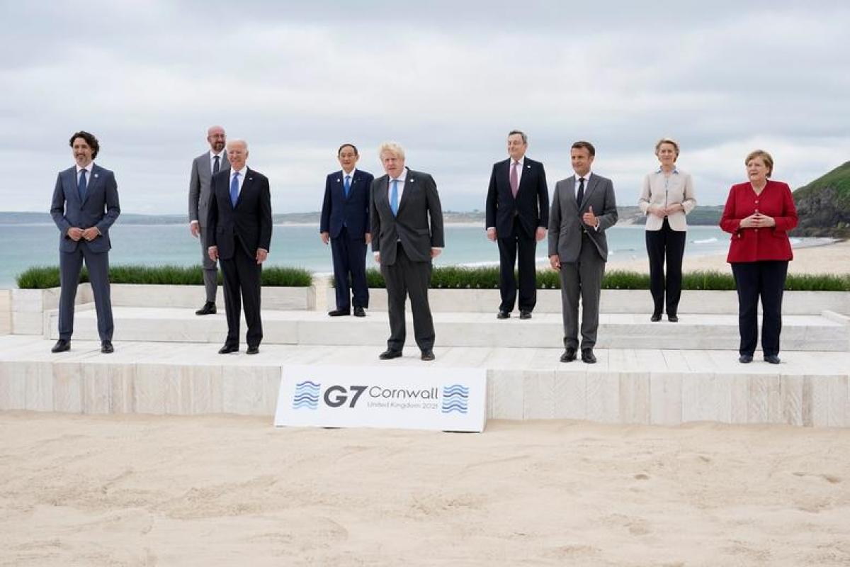 """Lãnh đạo các nền kinh tế G7 và đại diện của Liên minh châu Âu chụp """"bức ảnh gia đình"""" kỷ niệm Thượng đỉnh G7 tại bãi biển Vịnh Carbis, Cornwall, Anh ngày 11/6. Ảnh: Reuters"""