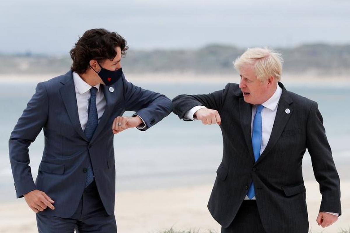 Thủ tướng Anh Boris Johnson chào Thủ tướng Canada - Justin Trudeau bằng cách chạm khuỷu tay. Ảnh: Reuters