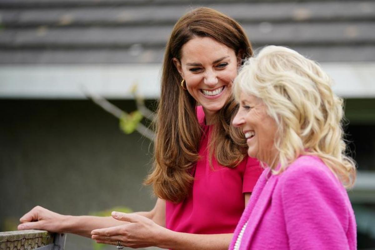 Trong khuôn khổ các hoạt động bên lề Hội nghị Thượng đỉnh G7, Đệ nhất phu nhân Mỹ Jill Biden và Catherine, Nữ công tước xứ Cambridge đã tới thăm trường Connor Downs ở Hayle, Cornwall, Anh. Ảnh: Reuters