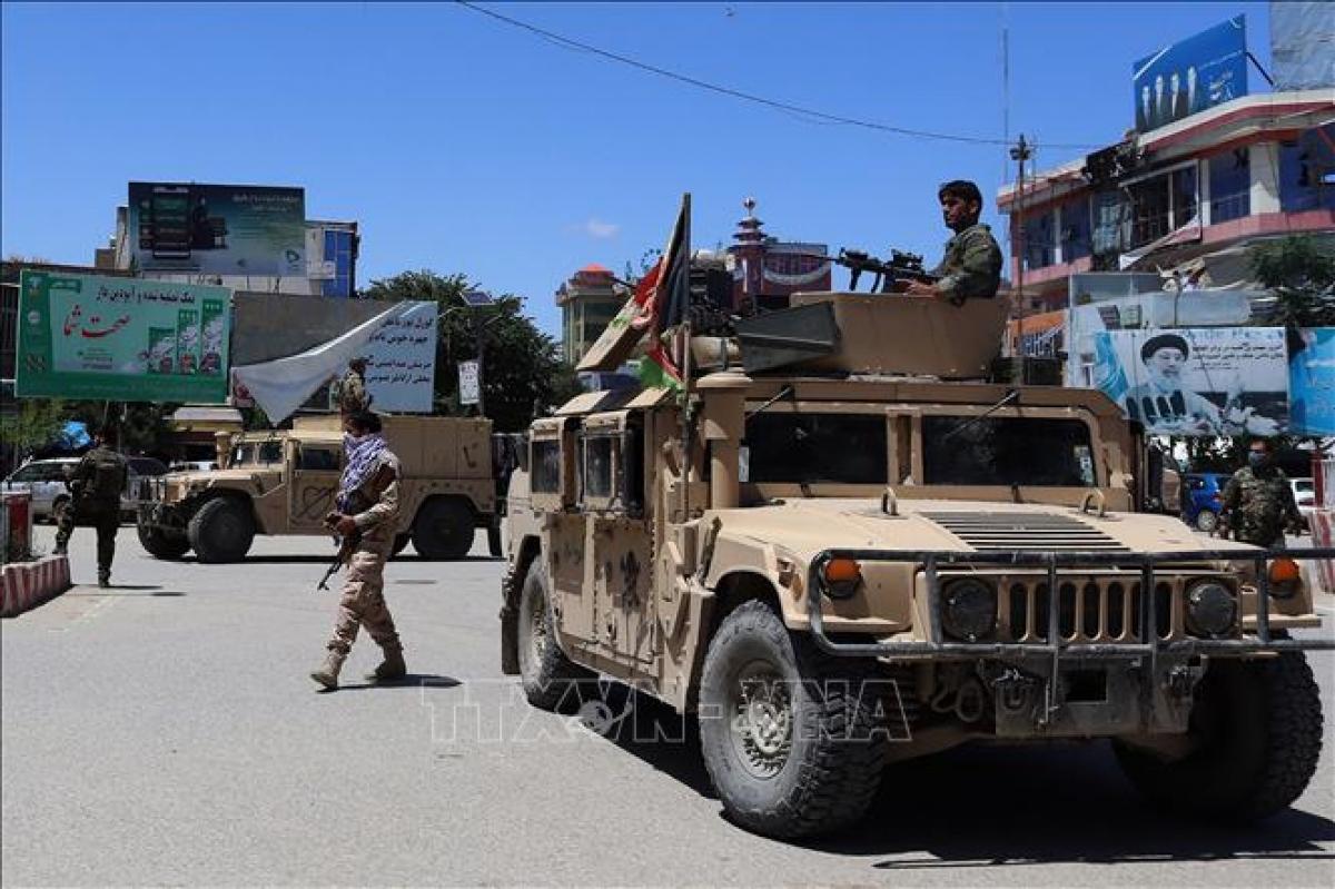 Lực lượng an ninh Afghanistan tuần tra tại thành phố Kunduz. Ảnh: AFP/TTXVN