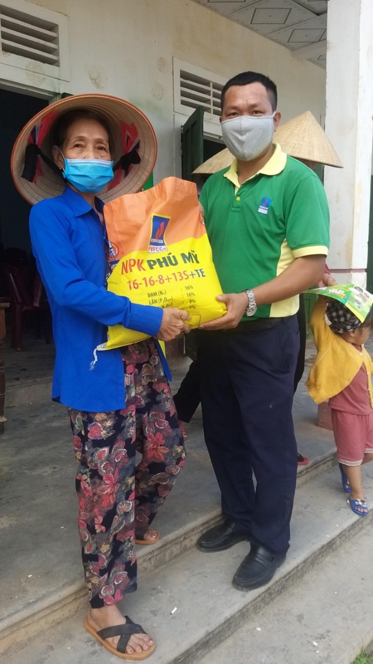 Tặng phân bón Phú Mỹ cho bà con nông dân.