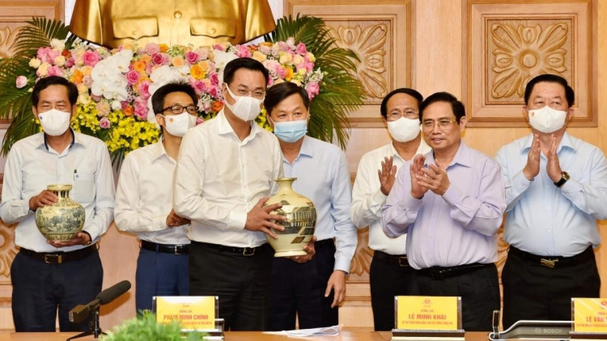 Thủ tướng tặng quà các cơ quan báo chí.