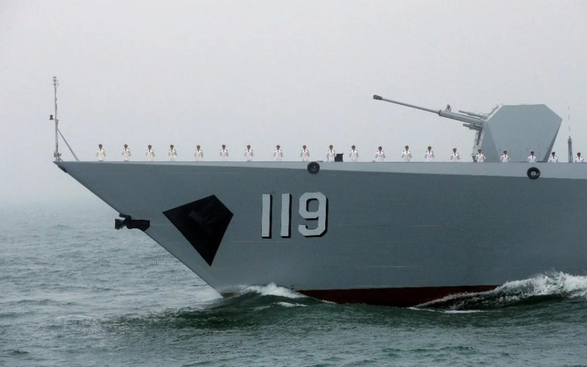 Tàu hải quân Trung Quốc. Ảnh: Reuters.