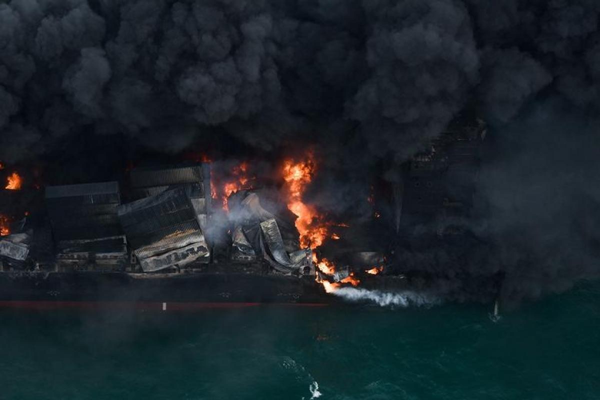 Khói bốc lên từ tàu MV X-Press Pearl bốc cháy ngoài khơi Cảng Colombom, Sri Lanka ngày 26/5/2021. Ảnh: Reuters