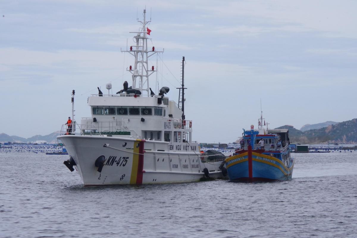 Tàu KN475 đưa tàu cá BTh 99979 TS về cảng.