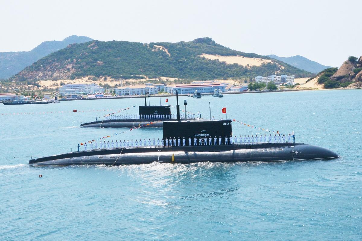 Duyệt đội hình tàu ngầm trong lễ kỷ niệm 60 năm ngày thành lập Quân chủng Hải quân.