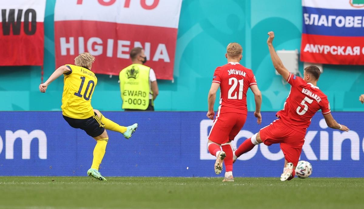 Forsberg dứt điểm chéo góc mở tỷ số cho Thụy Điển. (Ảnh: Reuters).