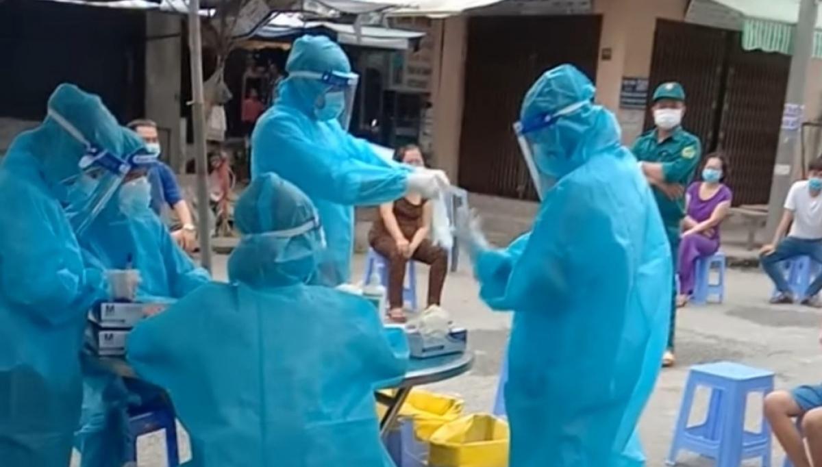 Ngành y tế huyện Cái Bè khẩn trương lấy mẫu các F1 để xét nghiệm SARS CoV-2.