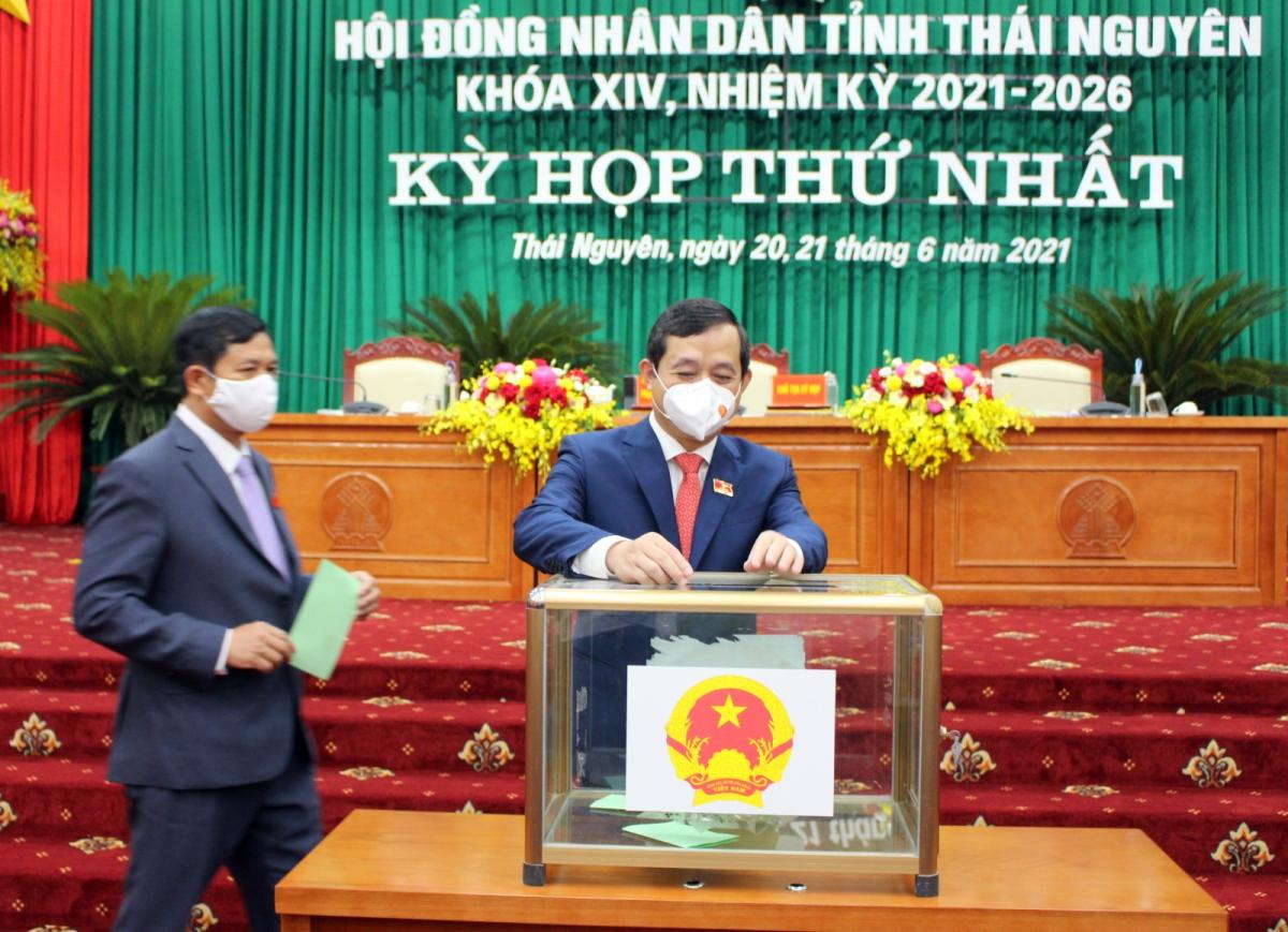 Các đại biểu bỏ phiếu bầu chức danh cán bộ lãnh đạo chủ chốt