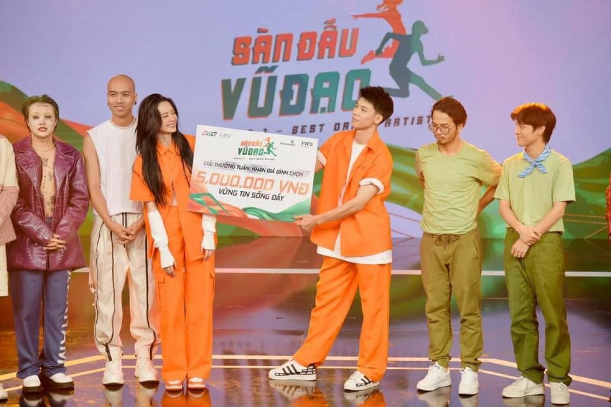 """Đội Thiều Bảo Trang nhận giải thưởng nhất tuần 2 """"Sàn đấu vũ đạo""""."""