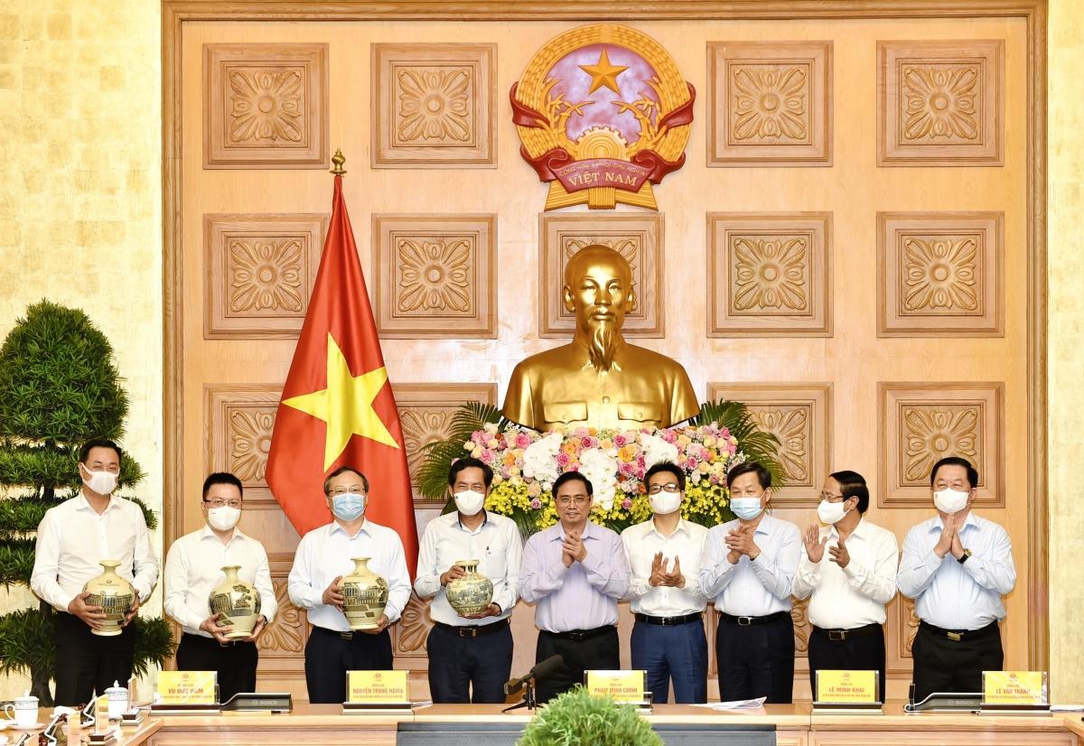 Thủ tướng tặng quà lãnh đạo một số cơ quan báo chí.