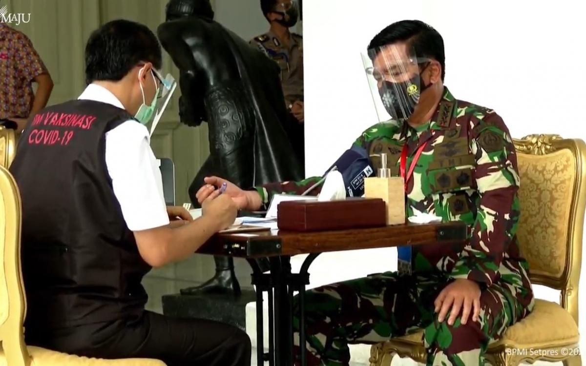 Tiêm vaccine cho quan chức quân đội Indonesia. Ảnh: BPMI Setpres.