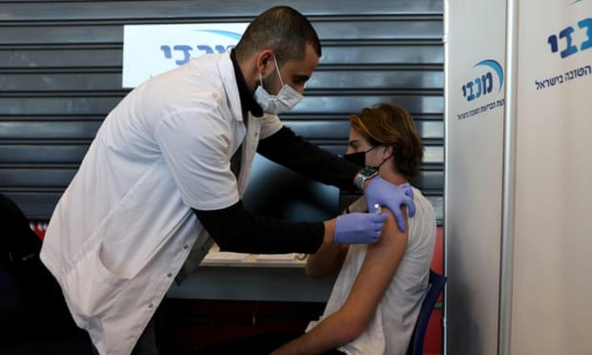 Tỷ lệ tiêm chủng ở nhóm người 20-29 tuổi ở Anh thấp hơn nhiều so với Israel. Ảnh: Reuters