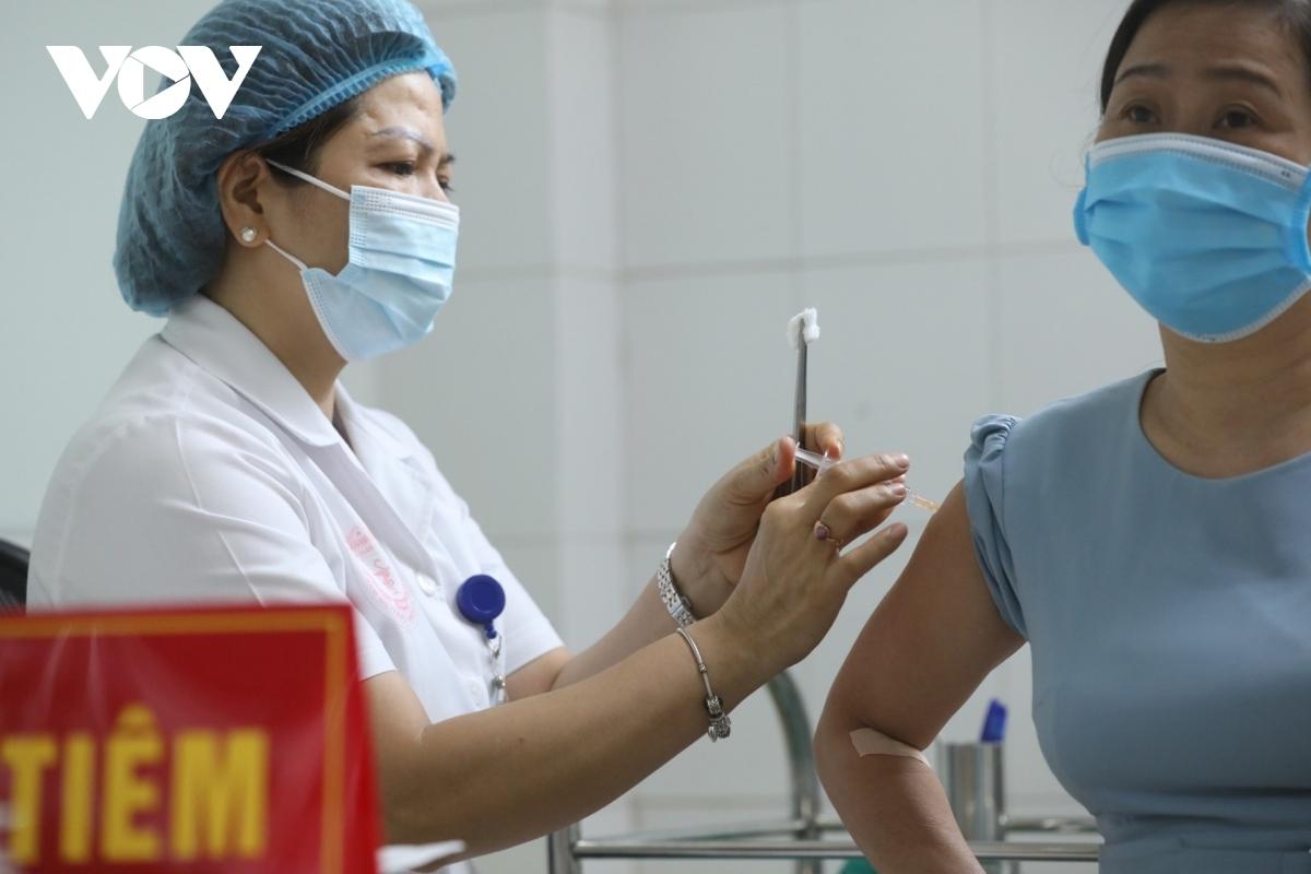 Tình nguyện viên tiêm thử vaccine Nanocovax giai đoạn 3.