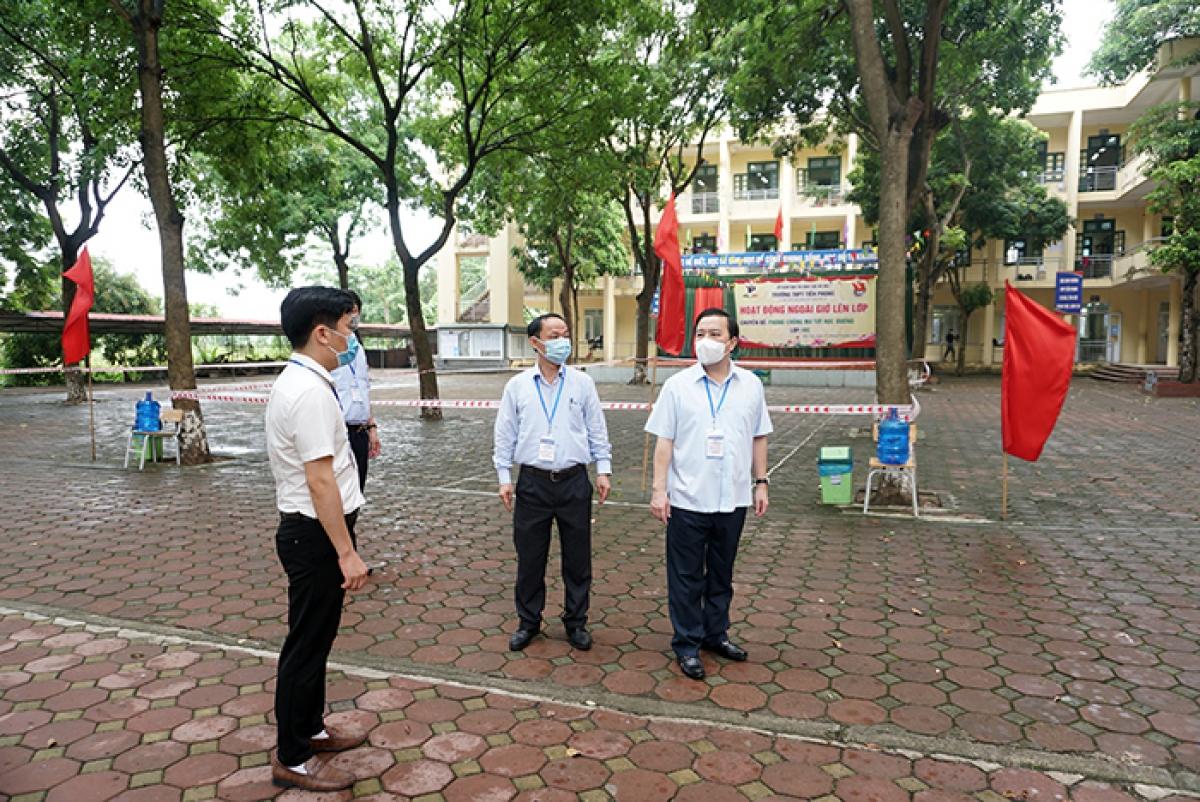 Kiểm tra các phòng thi tại điểm thi Trường THPT Tiền Phong (huyện Mê Linh).