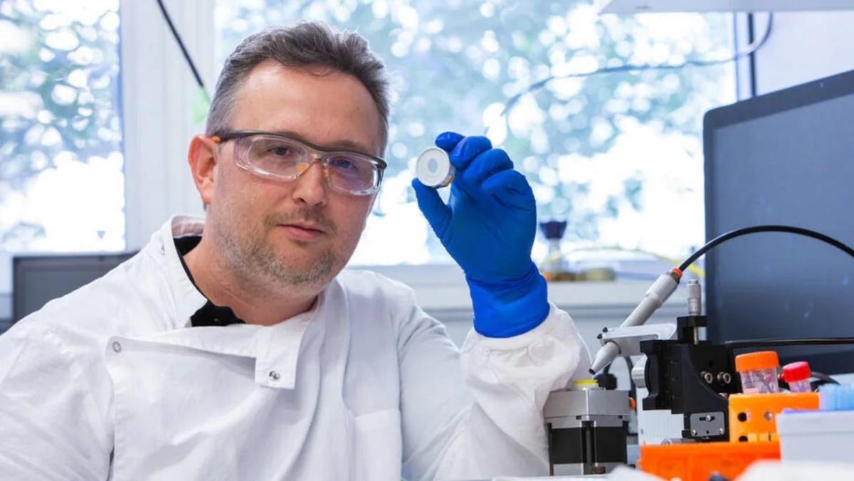 Tiến sĩ David Muller với miếng dán sinh học mật độ cao. Ảnh: Hung Vu.