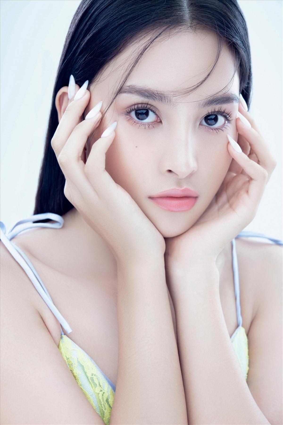 Đăng quang ngôi vị cao nhất của Hoa hậu Việt Nam 2018, Tiểu Vy thường xuyên xuất hiện trong những bộ cánh lộng lẫy tại nhiều sự kiện.
