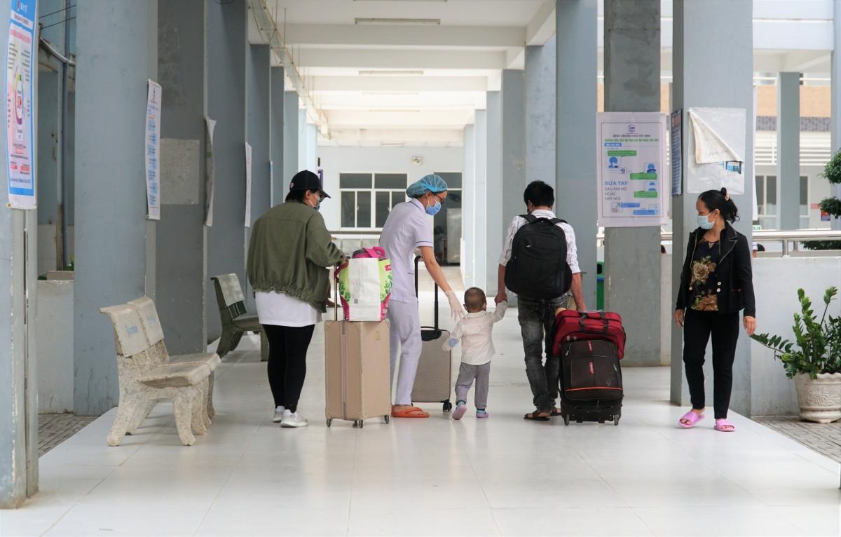 Bệnh nhân Covid-19 xuất viện sau điều trị ở Tây Ninh. Ảnh minh hoạ: Hà An