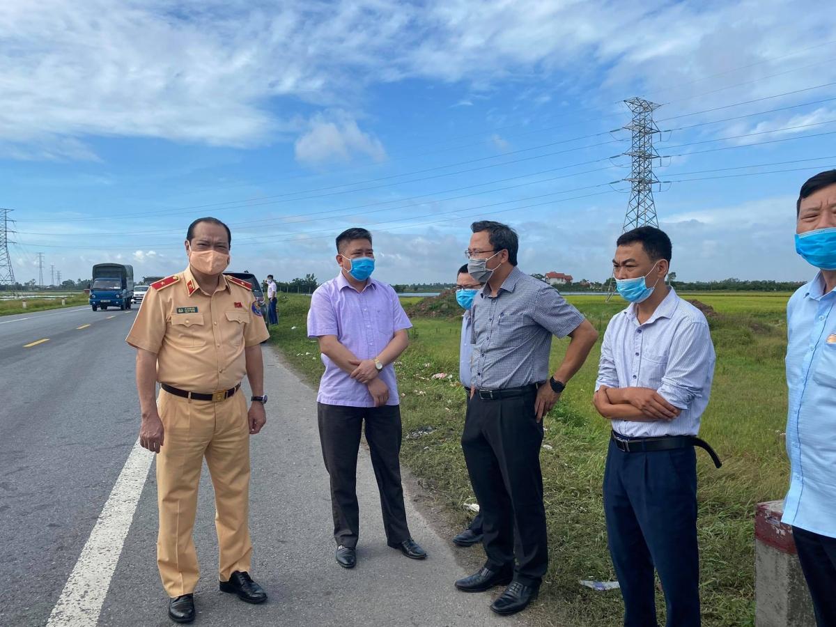 Đoàn công tác của Ủy ban ATGT Quốc gia do ông Khuất Việt Hùng- Phó Chủ tịch chuyên trách dẫn đầu cùng Ban ATGT tỉnh Hưng Yên kiểm tra hiện trường vụ TNGT.