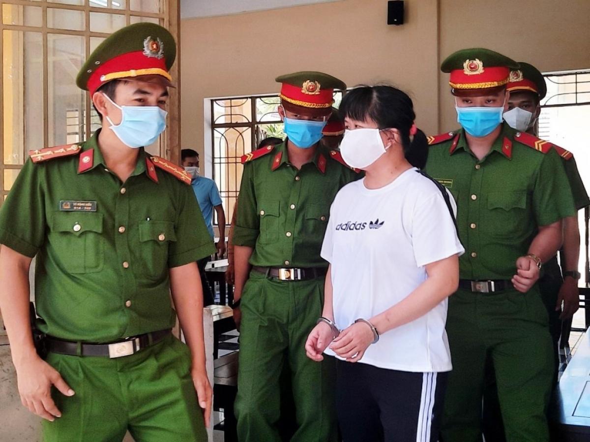Công an dẫn giải bị cáo Phạm Thị Nhi rời phiên tòa.