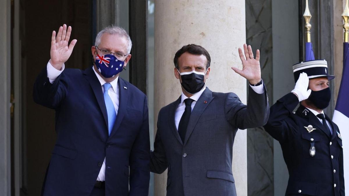 Tổng thống Pháp Emmanuel Macron (phải) và Thủ tướng Australia Scott Morrison tại điện Elysee ở Paris. Ảnh: AFP.