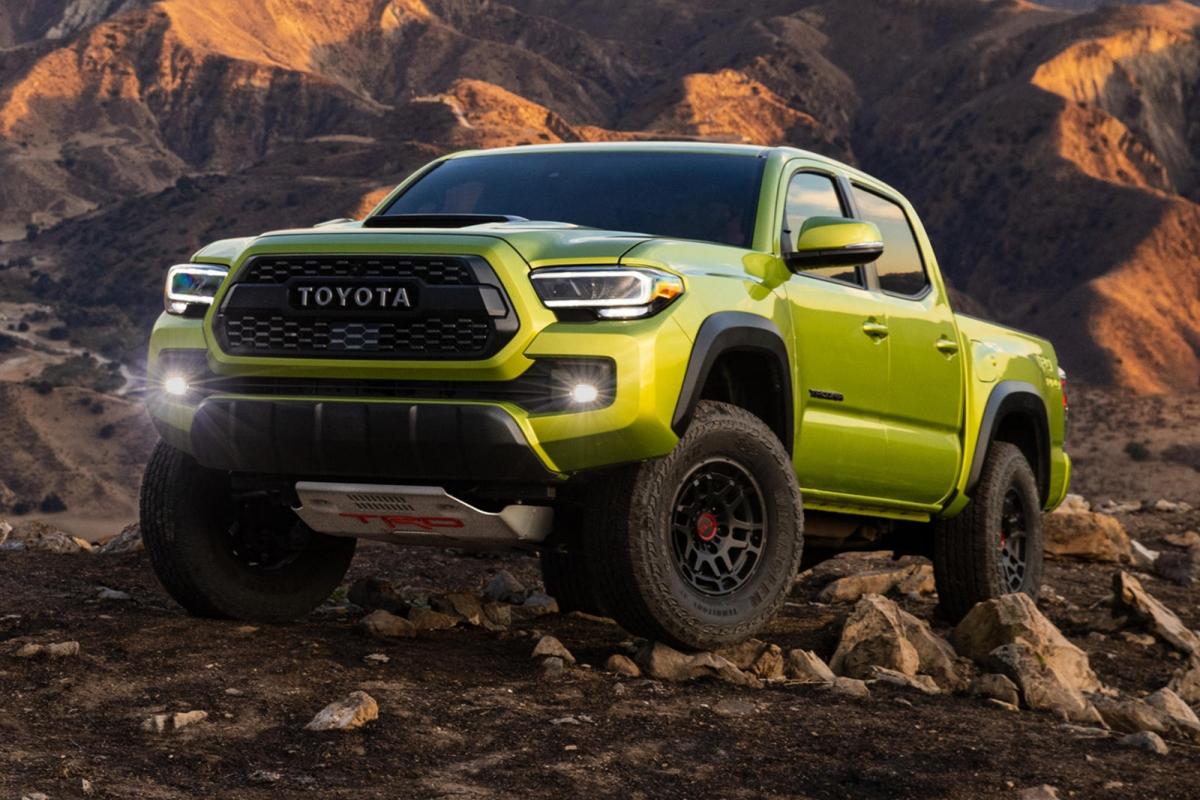 Trên phiên bản nâng cấp này, Toyota đã mang đến cho Tacoma TRD Pro nhiều cải tiến lớn giúp xe cải thiện hơn nữa khả năng vận hành off-road vốn đã rất tốt của nó. Giờ đây, Toyota Tacoma TRD Pro sẽ được trang bị tiêu chuẩn bộ phuộc Fox 63,5 mm với đường dầu phụ tích hợp bên trong. Hệ thống treo cũng nhận được nâng cấp về chiều cao khi trục bánh trước được tăng thêm 38 mm và trục bánh sau tăng thêm 12,7 mm, mang đến cho xe khả năng vượt địa hình và vật cản tốt hơn.