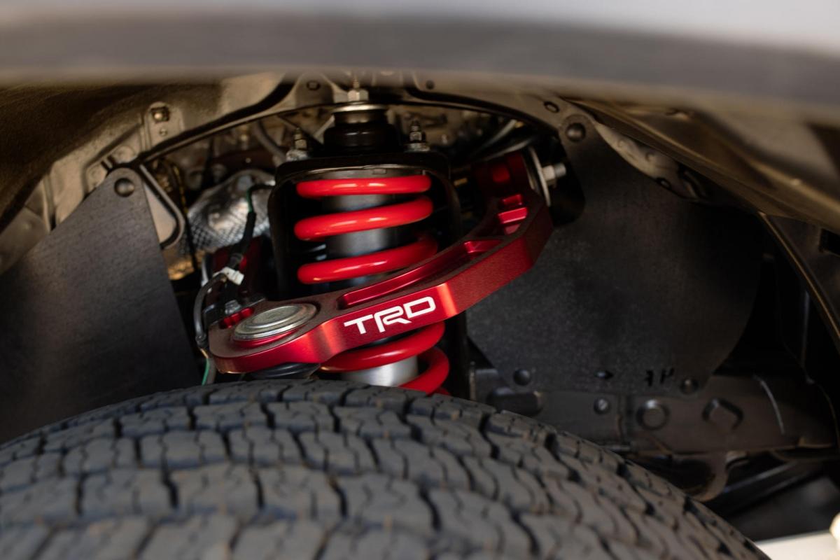Tacoma TRD Pro được phát triển từ phiên bản Tacoma TRD Off-Road 4x4 Double Cab, vì thế, nó được trang bị động cơ V6, dung tích 3.5 lít với khả năng sản sinh công suất cực đại 278 mã lực và mô-men xoắn tối đa 359 Nm. Sức mạnh được truyền đến bánh xe thông qua hai tùy chọn hộp số gồm số sàn 6 cấp và số tự động 6 cấp.