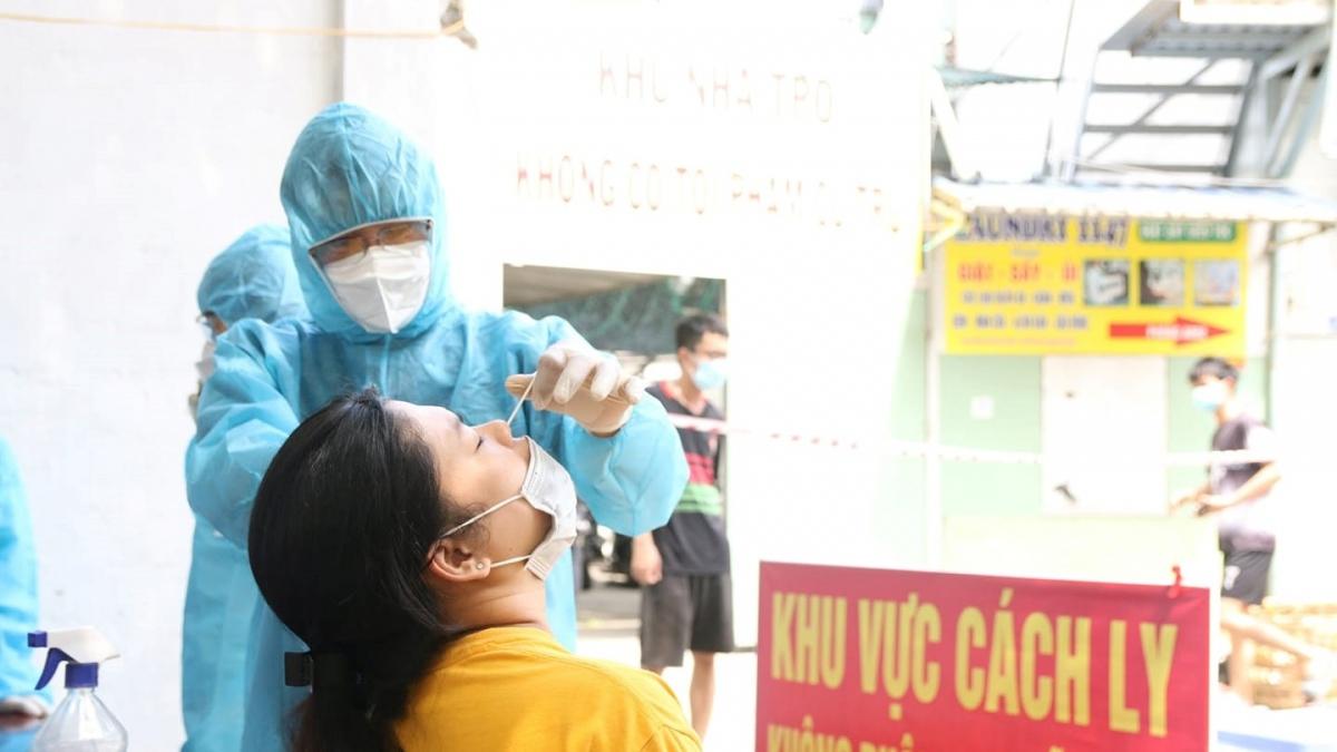 Nhân viên y tế đang lấy mẫu để xét nghiệm Covid-19. Ảnh: HCDC.